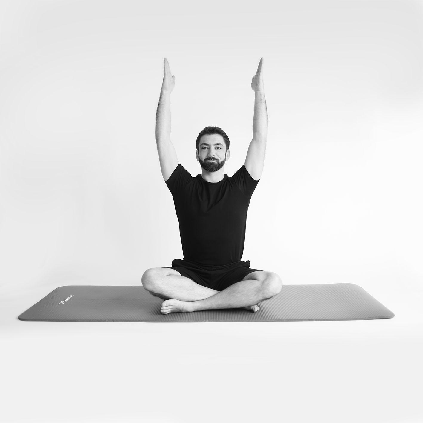 Photo d'Adrien Matter faisant du Yoga