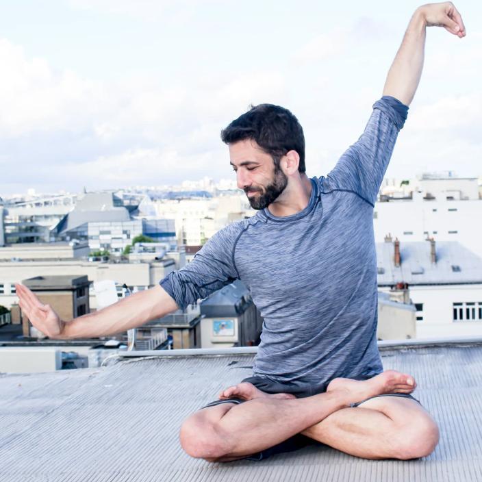 Photo Adrien yoga sur les toits de Paris